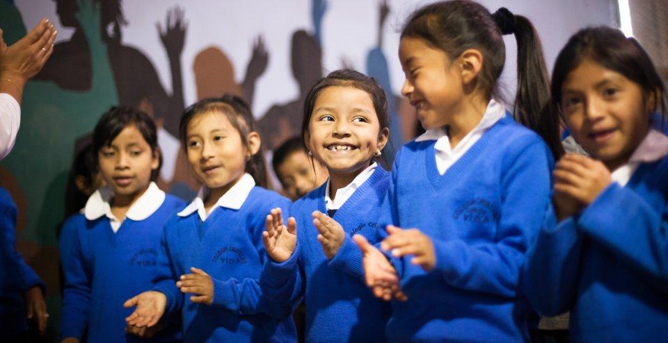 Vida students worshipping God