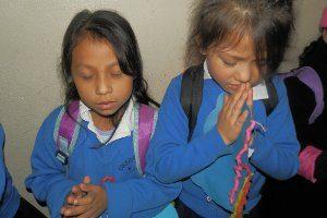Vida students praying